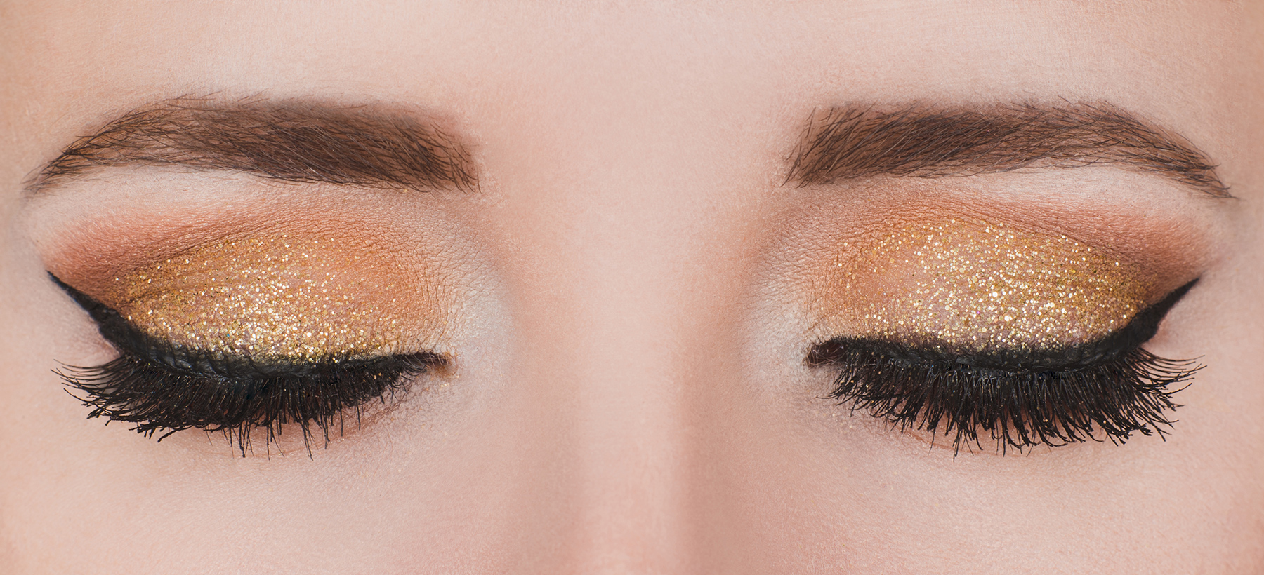 Makeup with gold glitter.